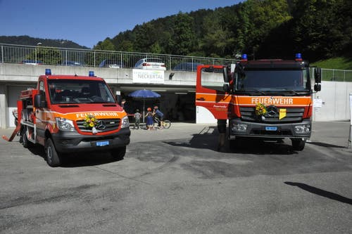 Diese beiden Fahrzeuge der Feuerwehr wurden am Samstag eingeweiht. (Bild: Urs Nobel)