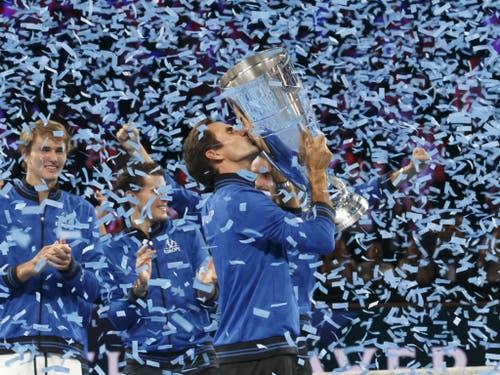 Roger Federer küsst die Laver-Cup-Trophäe (Bild: KEYSTONE/SALVATORE DI NOLFI)