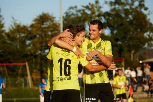 Die Spieler vom FC Gunzwil feiern das 1:0 von Till Fleischli. (Bild: Jakob Ineichen, Gunzwil, 21. September 2019)