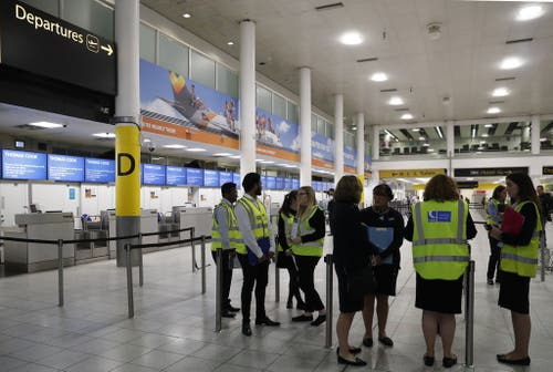Personal des britischen Aussenministeriums an den britischen Flughäfen. Thomas Cook wird nun vom britischen Staat administrativ Verwaltet. (Bild: Keystone)