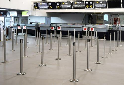 Wo einst Reisende warteten herrscht nun bedrückende Leere. (Bild: Keystone)