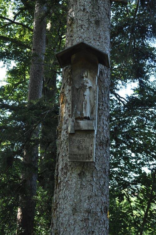 Eine Holzschnitzerei des Heiligen Bruders Klaus, Schutzpatron der Schweiz.