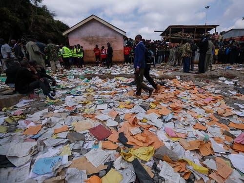 Zerrissene Schulhefte zeugen nach dem Einsturz einer Schule in Nairobi von der Katastrophe. (Bild: KEYSTONE/EPA/DAI KUROKAWA)