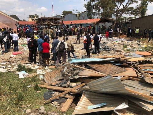 Beim Einsturz einer Schule in Kenia sind sieben Kinder ums Leben gekommen und Dutzende weitere verletzt worden. Das Gebäude war aus billigsten Materialien erstellt worden. (Bild: KEYSTONE/EPA/DAI KUROKAWA)