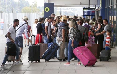 Gestrandete Reisende am Flughafen. (Bild: Keystone)