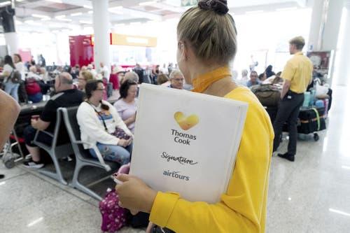 Eine Thomas Cook-Angestellte am Flughafen. (Bild: Keystone)