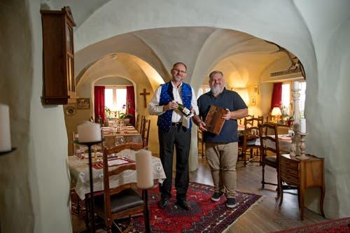 Gastgeber im Restaurant Chuchichäschtli in Hergiswil sind Charles Wüest (links) und Nils Mauritz. (Bild: Corinne Glanzmann, Hergiswil, 24. September 2019)