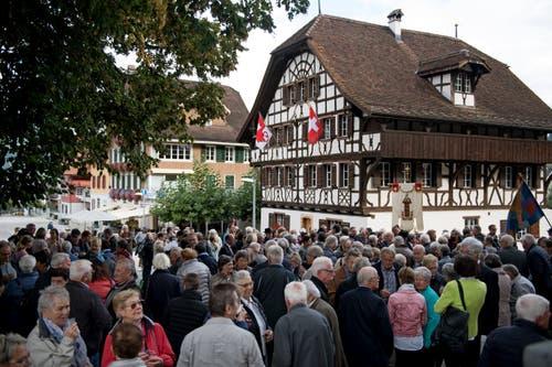 Der Volksapéro nach dem Festgottesdienst war ebenfalls gut besucht. (Bilder: Corinne Glanzmann, Sachseln, 25. September 2019)