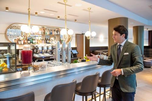 Reto Candrian zeigt die neue, auf Gin spezialisierte Bar. (Bild: Urs Bucher)
