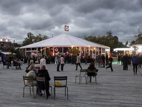 Das Zelt auf dem Sechseläutenplatz während der Eröffnung des ZFF. (Bild: KEYSTONE/ENNIO LEANZA)