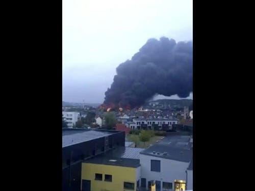 Wegen eines Grossbrands in der Chemiefabrik des Unternehmens Lubrizol steht eine schwarze Rauchwolke über der nordfranzösischen Stadt Rouen. (Bild: Keystone/AP @JulietteChrl/@JULIETTECHRL)