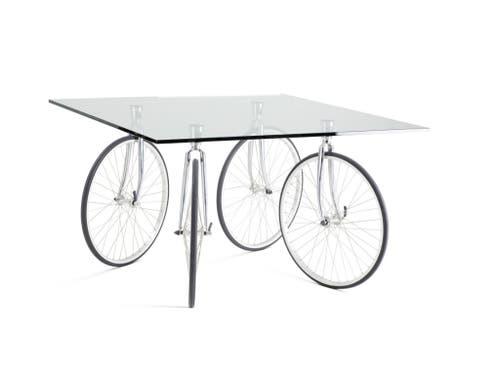 Der Weg führte vom Alltags-Objekt über Marcel Duchamps Readymade zurück zum verfremdeten Alltags-Objekt: der Tisch «Tour» von Gae Aulenti. (Bild: Notra Design Museum/Jürgen Hans)
