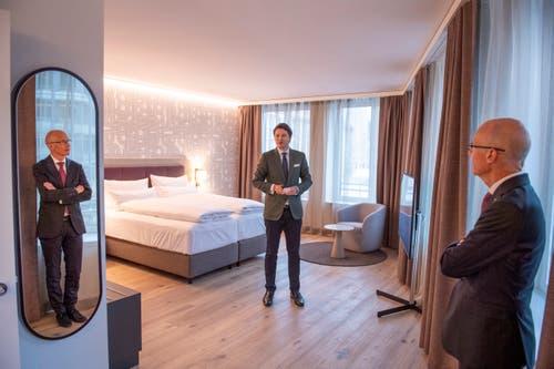 Reto Candrian führte am Donnerstag durch das Hotel. Thomas Scheitlin hört aufmerksam zu. (Bild: Urs Bucher)