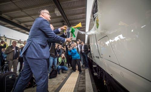 Regierungsrat Walter Schönholzer und Thomas Ahlburg, CEO der Stadler Rail Group, bei der Taufe des neuen Giruno-Zuges. Im Rahmen der Wega-Eröffnungsfeier wurde der Zug auf den Namen Thurgau getauft. (Bild: Reto Martin)