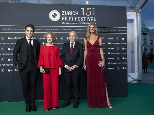 ZFF-Direktoren Karl Spoerri (links) und Nadja Schildknecht (rechts) posieren zusammen mit der Zürcher Stadtpräsidentin Corine Mauch (2. v.l.) und Bundespräsident Ueli Maurer (2.v.r.). (Bild: KEYSTONE/ENNIO LEANZA)
