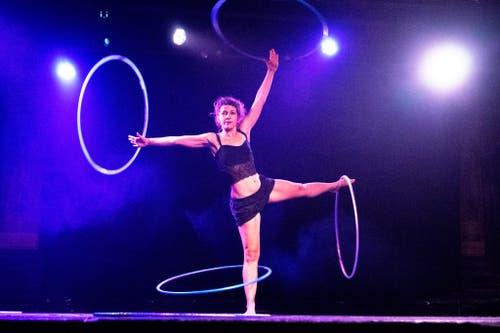 Hooping erfordert viel Körperspannung: Hardmeier schwingt vier Reifen gleichzeitig. (Bild: Facebook/See Ying Yip)