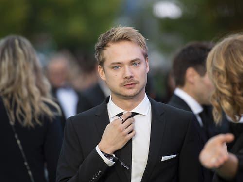 Der Hauptdarsteller im ZFF-Eröffnungsfilm, der Schweizer Schauspieler Sven Schelker auf dem grünen Teppich. (Bild: KEYSTONE/ENNIO LEANZA)