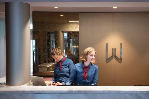 Die Rezeptionistinnen begrüssen die Gäste in dunkelblau-roten Outfits. (Bild: Urs Bucher)