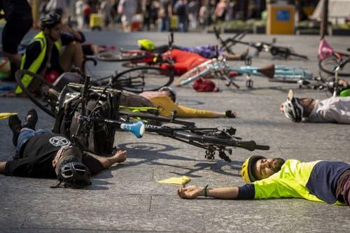 Die Demonstrierenden liegen zum Protest auf dem Boden. (EPA/GLENN HUNT, Brisbane)