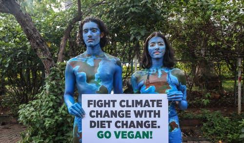 Den Klimawandel mit einem Ernährungswandel bekämpfen. Das fordern diese beiden Demonstrierenden aus Mumbai. (Bild: EPA/Divyakant Solanki)