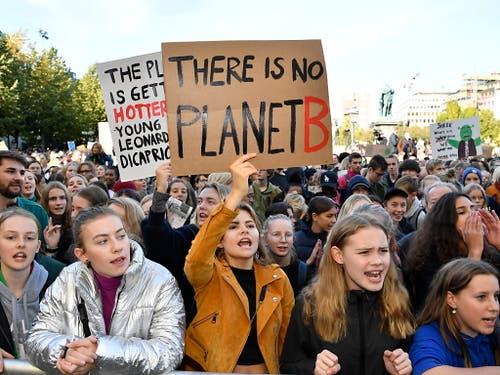 In Stockholm, der Heimat der schwedischen Klimaaktivistin Greta Thunberg, kamen 60'000 Menschen zu einem Protestzug zusammen. (Bild: KEYSTONE/EPA TT NEWS AGENCY/ANDERS WIKLUND)