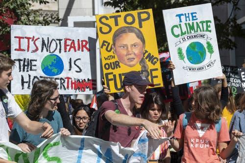 «Stop fu**ing with our future» prangt der Schriftzug auf diesem Schild mit einem Portrait von Greta Thunberg, welche von Schweden aus die Fridays for Future angerissen hat. (KEYSTONE/Martial Trezzini)