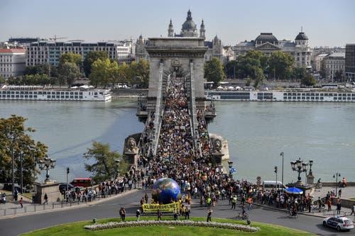 Die Kettenbrücke in Budapest war voll von Demonstrierenden. (EPA/MARTON MONUS)