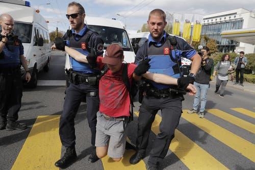Einige wollten den Verkehr beim Maladière-Kreisel blockieren, was die Polizei jedoch verhinderte. (KEYSTONE/Cyril Zingaro, Lausanne)