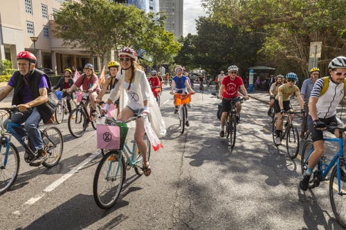 Streiken auf Velos in Brisbane, Australien. (EPA/GLENN HUNT)