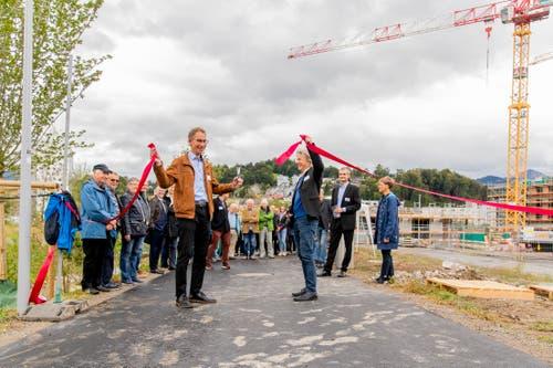 Der Park ist eröffnet: der Horwer Gemeinderat Thomas Zemp und der Krienser Stadtpräsident Cyril Wiget (rechts) eröffnen den Park. (Bild: PD)