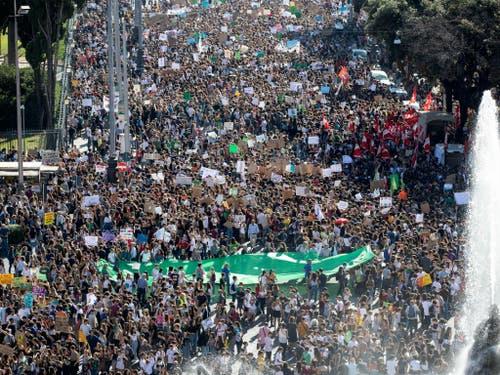 In Rom demonstrieren rund 200'000 Menschen für mehr Klimaschutz. (Bild: KEYSTONE/AP ANSA/MASSIMO PERCOSSI)