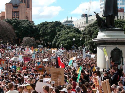 In Wellington, der Hauptstadt Neuseelands, sind am Freitag zahlreiche Menschen für mehr Klimaschutz auf die Strasse gegangen. (Bild: KEYSTONE/AP/NICK PERRY)