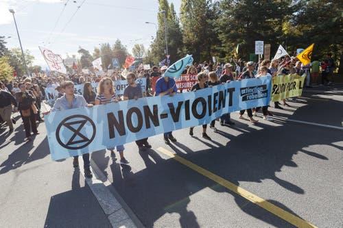 Entgegen früherer Demonstrationen marschierten die Teilnehmer diesmal nicht zum Riponne-Platz sondern in Richtung See. (KEYSTONE/Cyril Zingaro, Lausanne)