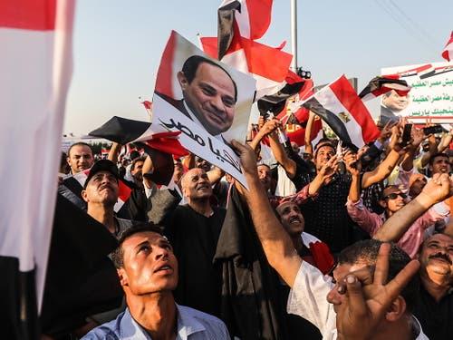 Auch Unterstützer des Präsidenten gingen in Kairo am Freitag auf die Strasse. (Bild: KEYSTONE/EPA/MOHAMED HOSSAM)