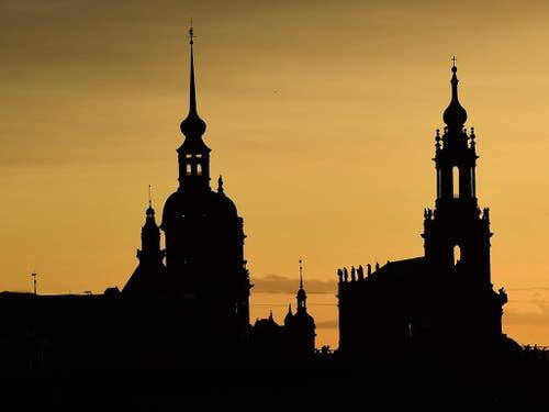Silhouette von Dresden - rechts die katholische Hofkirche (August der Starke war zum Katholizismus übergetreten, um polnischer König werden zu können, während sein Volk in Sachsen grossmehrheitlich protestantisch war) und links das Residenzschloss. (Bild: KEYSTONE/EPA/FILIP SINGER)