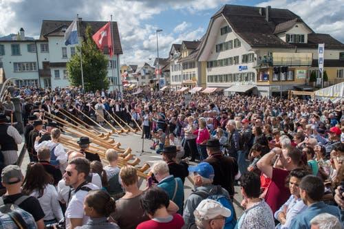 Die Folklore-Gruppen begeistern das Publikum. (Bild: Boris Bürgisser)