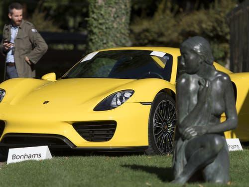 Ein Porsche aus der Sammlung des ältesten Sohnes des Präsidenten des armen zentralafrikanischen Landes Äquitorialguinea. Am Sonntag fand im Waadtland die Versteigerung von 25 Luxuskarossen statt. (Bild: KEYSTONE/LAURENT GILLIERON)