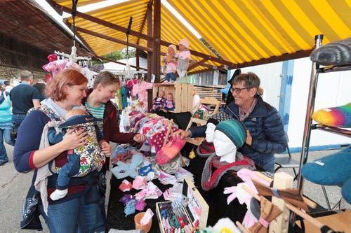 Marlies Joller (rechts) hat einen Stand mit Puppenkleidern und Finken: Freudig zeigt sie ihren Kundinnen Viola Schürch (links) und Conny Pahl ihr Angebot an Finken.