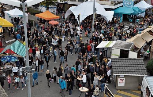Wenn es nur immer so wäre: Partyzelte, Stände und Beizli beleben am Herbstmarkt das Uzwiler Zentrum. (Bilder: Kathrin Meier-Gross)