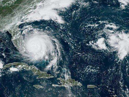 Ein Satellitenfoto des US-Hurrikanzentrums zeigt, wie sich der Hurrikan «Dorian» über den Bahamas festsetzt. Bisher kamen durch den Sturm mindestens fünf Menschen ums Leben. (Bild: Keystone/AP)