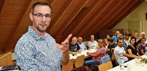 Versuchte Rüthner Vereinsvertreterinnen und -vertreter auf die Schippe zu nehmen: Komiker Yves Keller alias «Chäller». Bild: pd