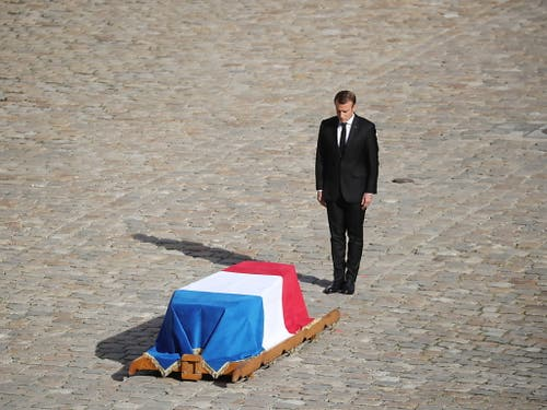 Frankreichs Staatspräsident Emmanuel Macron erwies am Montagvormittag dem ehemaligen Staatschef Jacques Chirac die letzte Ehre. (Bild: KEYSTONE/EPA/CHRISTOPHE PETIT TESSON)