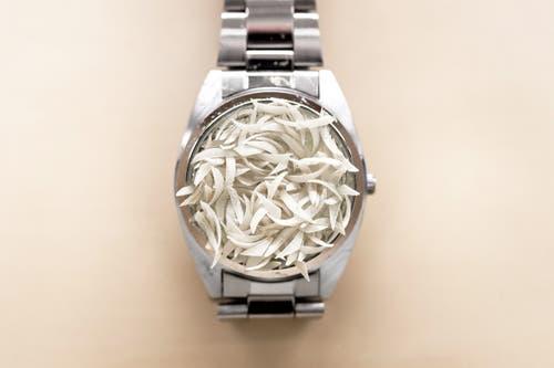 «Menschzeit»: Armbanduhr mit Fingernägeln. (Bild: Michel Canonica)