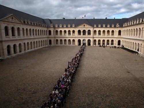 Tausende Trauernde wollten den verstorbenen Staatschef verabschieden. (Bild: KEYSTONE/EPA/IAN LANGSDON)