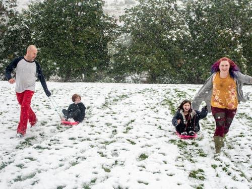 Im US-Bundesstaat Montana erfreuen sich Familien über den frühen Wintereinbruch. (Bild: KEYSTONE/AP The Missoulian/BEN ALLAN SMITH)