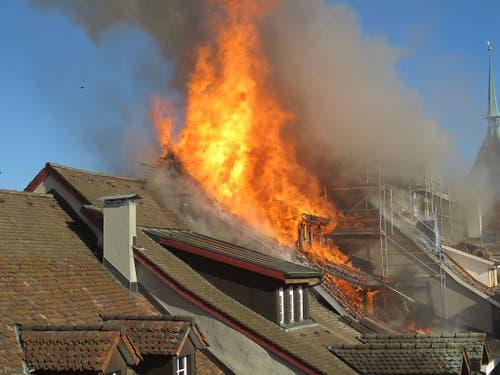 Der Brand in der Aarauer Altstadt brach in einem Dachstock aus und griff danach auf andere Gebäude über. (Bild: Handout Kantonspolizei Aargau)