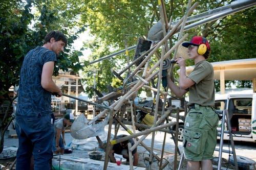 Letzte Arbeiten vor der Eröffnung: Marcel Gabriel (links) und Silvano Maurer gehören zum Team von Gabriel Blumen & Garten. (Bild: Corinne Glanzmann, Sempach, 4. September 2019)