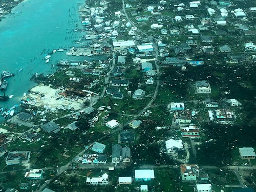 Das Rote Kreuz schätzt die Zahl der zerstörten Häuser auf den Bahamas auf mindestens 13'000. (Medic Corps via AP) (Bild: KEYSTONE/AP Medic Corps)