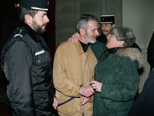 Walter Stürm stand am 20. Dezember 1995 vor dem Appellationsgericht in Colmar, Frankreich. Das Bild zeigt ihn umgeben von Sicherheitskräften mit seiner Schweizer Rechtsanwältin Barbara Hug. (Bild: KEYSTONE/MICHAEL KUPFERSCHMIDT)