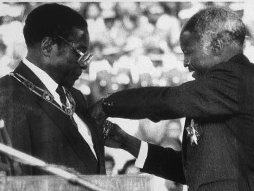 Am 31. Dezember 1987 wurde Robert Mugabe (l.) als Präsident von Simbabwe vereidigt. (Bild: KEYSTONE/AP/PETER WINTERBACH)